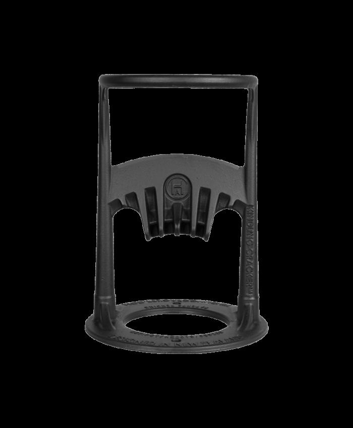 """Smart og sikker vedkløyver. Her kløyver du ved raskt og enkelt. Den patenterte originalen, designet i new zealand. Vedkløyveren som alle kan bruke, både gammel og ung, liten og stor. <ul> <li>en trygg og sikker vedkløyver</li> <li>ikke behov for en skarp øks eller farlig verktøy</li> <li class=""""bulletpoint nb"""">perfekt for opptenningsved</li> <li>lag ved for pizzaovn, bålpanne, peis</li> <li class=""""bulletpoint nb"""">produsert i australia</li> <li class=""""bulletpoint nb"""">laget i resirkulert, høykvalitets støpejern</li> <li class=""""bulletpoint nb"""">kan brukes av alle aldre</li> <li class=""""bulletpoint nb"""">kan skrus fast</li> <li>5 års garanti</li> </ul>"""