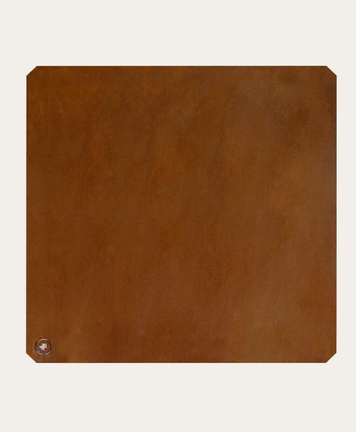 """<span class=""""apple-converted-space""""></span>plate i cortenstål. Beskytter underlaget mot strålevarme og glør. 76 x 76 cm. Underlagsplaten gir utepeisene et stødig og trygt underlag å stå på. <ul> <li class=""""bulletpoint nb"""">passer til utepeis 180 og utepeis 165</li> <li class=""""bulletpoint nb"""">beskytter mot gnistsprang og strålevarme</li> <li class=""""bulletpoint nb"""">laget i cortenstål</li> <li>vekt 9kg</li> </ul>"""