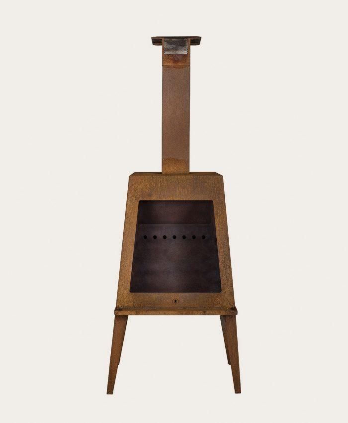 """Rustikt, stilfullt ildsted i cortenstål. Peisen har egen innermodul som sørger for god forbrenning og gjør stålet mindre varmt utvendig. <span class=""""apple-converted-space""""></span> <ul> <li>utepeis med pipe som kan forlenges</li> <li>stort brennkammer</li> <li>pipehatt med smart gnistfanger</li> <li>askebrett i front for bedre beskyttelse</li> <li>løs bunnplate for å fjerne aske</li> <li class=""""bulletpoint nb"""">innemodul og tilluftsfunksjon</li> <li>tilbehør som grillrist og gnistfanger</li> </ul>"""